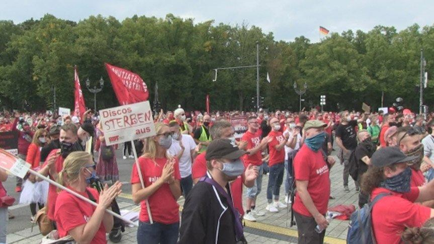 Almanya'da coronadan etkilenen binlerce kişi sokağa döküldü: Çöküşün eşiğindeyiz!