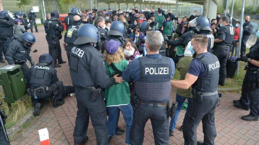 Almanya'da PKK yürüyüşü karıştı! Polislere ve gazetecilere saldırdılar