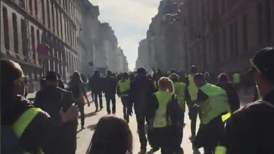 Fransa'da 'Sarı Yelekliler' yeniden sokakta! Çok sayıda gözaltı var