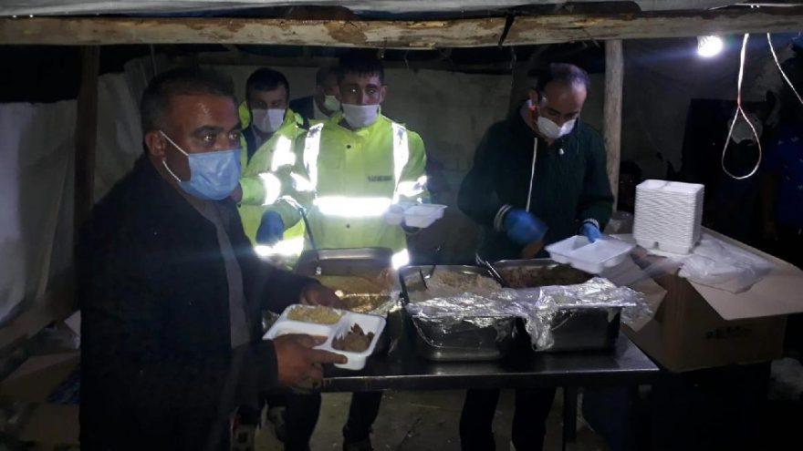Kum fırtınasında mağdur olan işçilere sıcak yemek ve çorba dağıtıldı