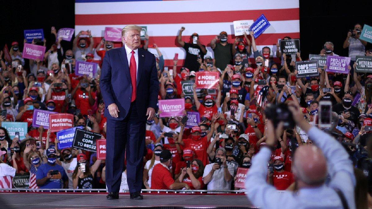 Trump korona dinlemiyor!  Fabrikadaki miting