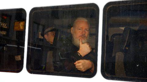 Trump'tan casuslukla suçlanan Assange'a teklif: Kaynağını söyle affedelim
