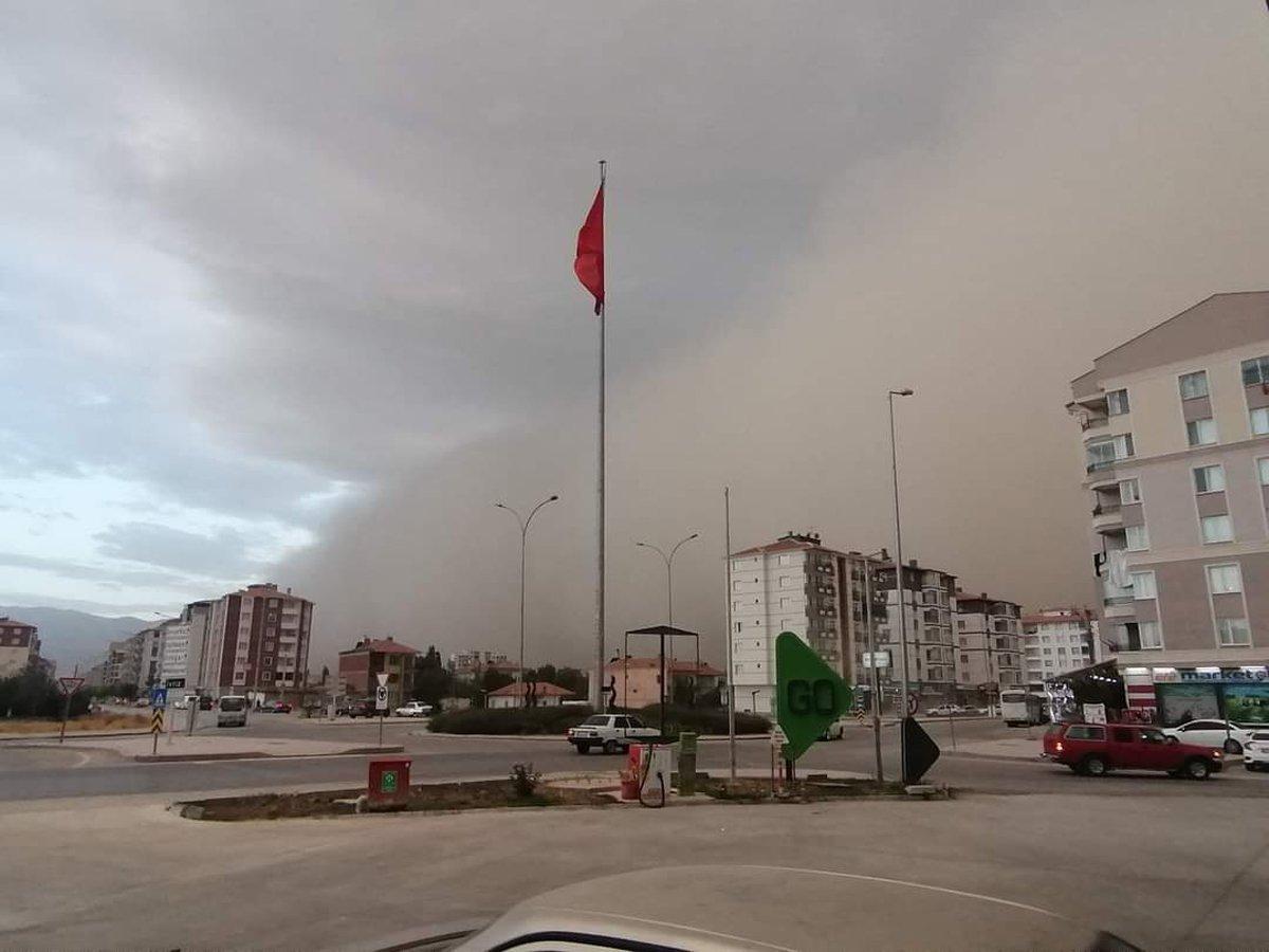 Konya'da korkutan toz fırtınası! Yarım saat sürdü, ilçe karanlığa gömüldü -  Güncel haberler