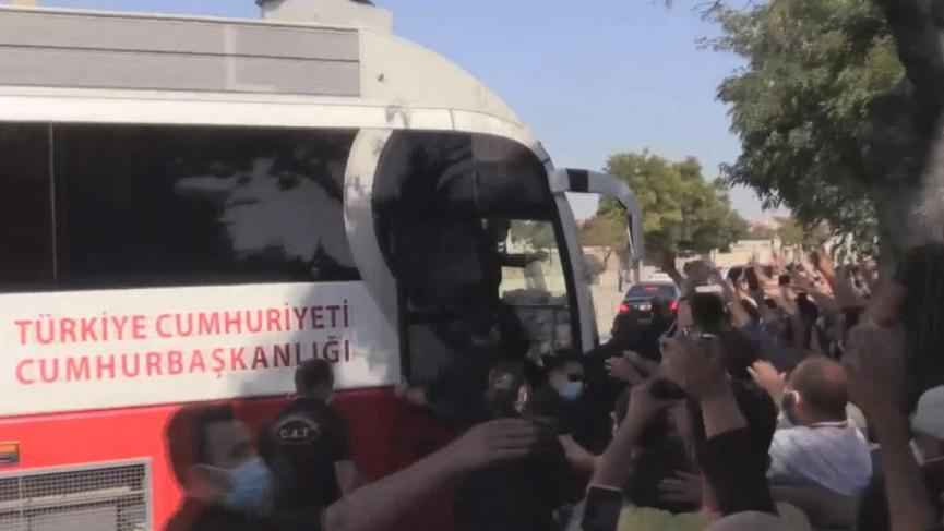 Erdoğan vatandaşa yine çay dağıttı, sosyal mesafe unutuldu