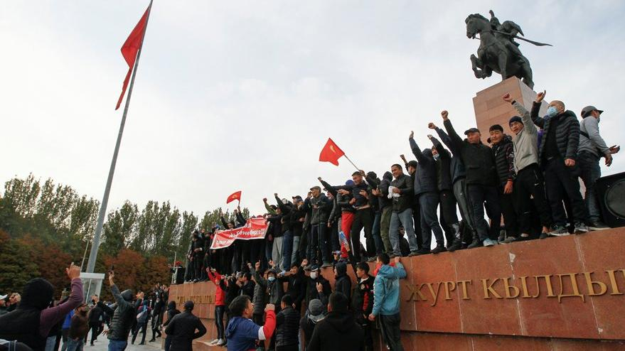 Kırgızistan karıştı: OHAL ilan edildi, taraflar birbirine girdi