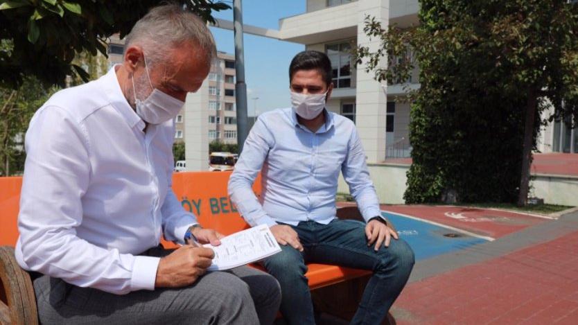 AKP'li başkan, belediye binası önünde AKP'ye üye topladı