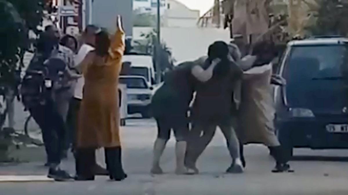 Dört kadın, aralarına aldıkları kadını tekme tokat dövdü