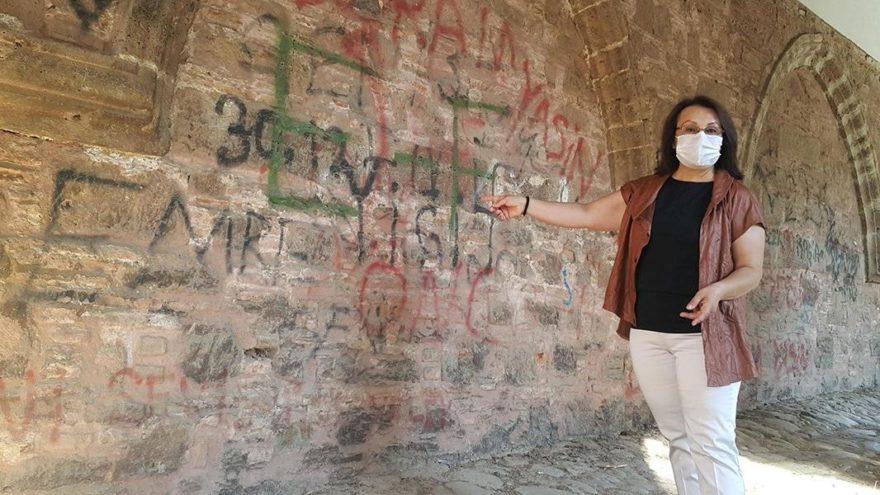 Cihanoğlu Külliyesi'nin duvarları karalama tahtasına döndü