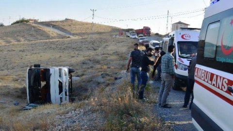 Malatya'da işçi servis midibüsü şarampole devrildi: 14 yaralı