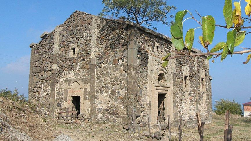 Defineciler tarihi kiliseyi talan etti