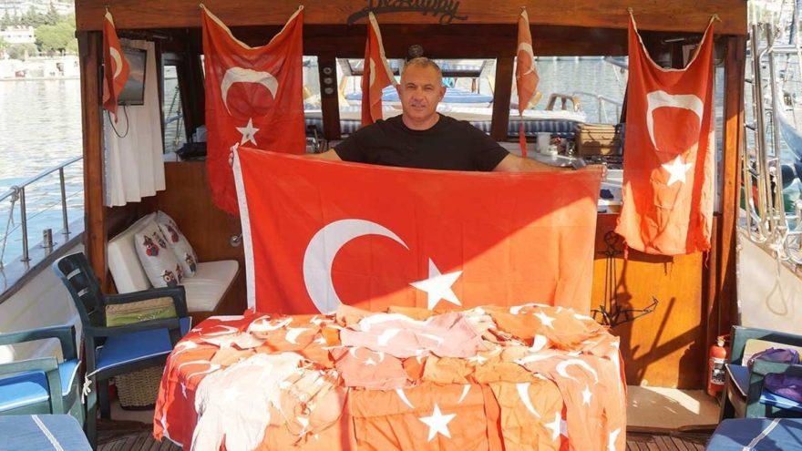 Yanında bayrak taşıyor yıpranmış Türk Bayrağı görünce değiştiriyor