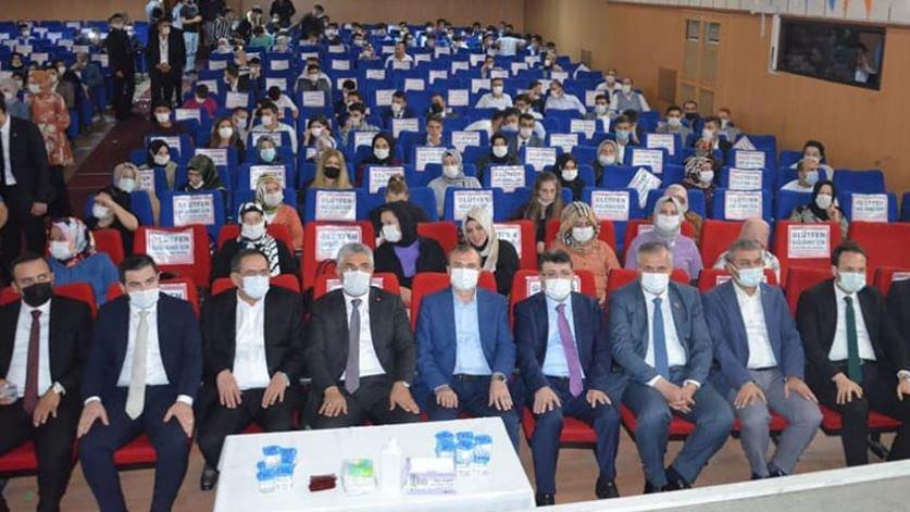 AKP'lilerin ön sırada oturma isteği coronaya davetiye çıkardı