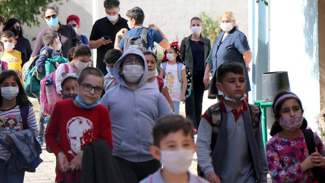 Ebeveynler dikkat! Birbirlerinin maskelerini takıyorlar