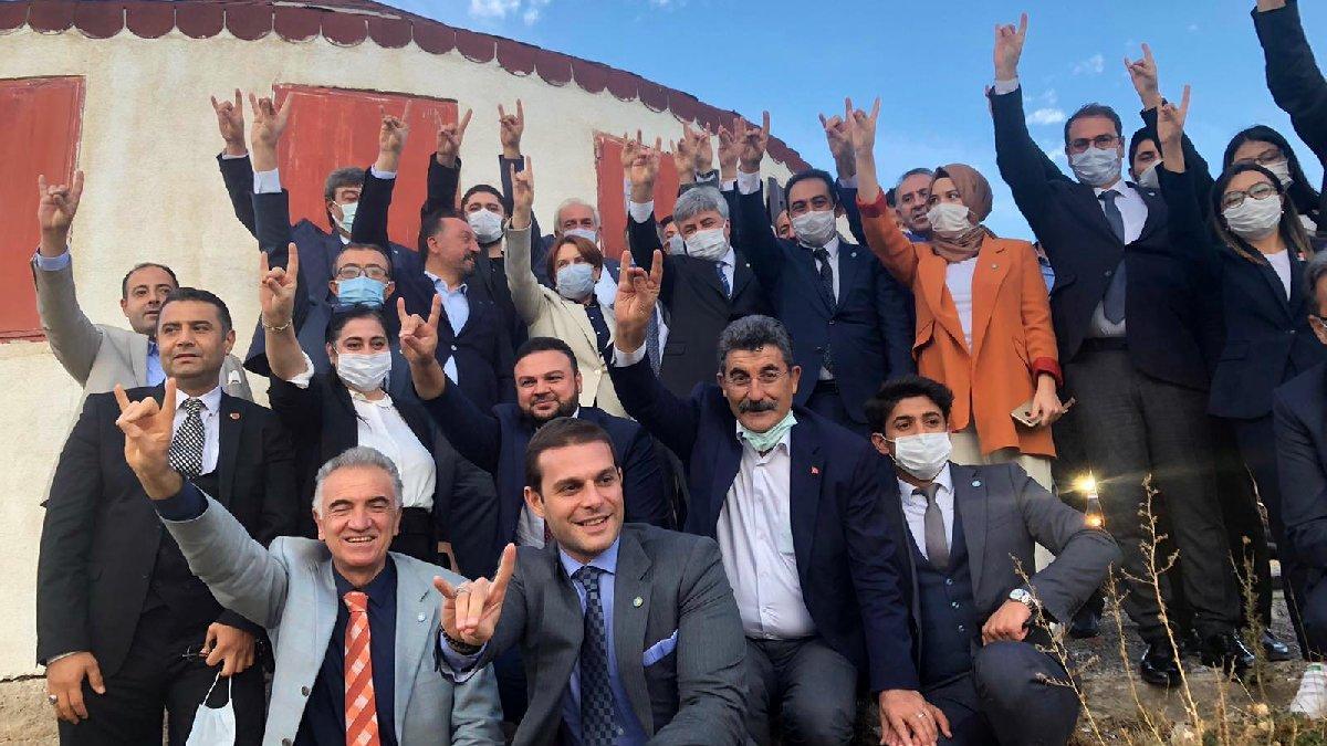 Meral Akşener'in bozkurtlu pozuna tepki