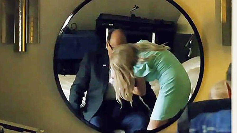 Trump'ın avukatı Giuliani'ye Borat şoku! Otel odasında tartışma yaratan görüntüler