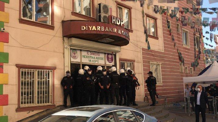 Son dakika... Diyarbakır'da HDP'nin il ve ilçe binalarına polis operasyonu