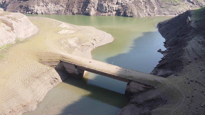 Su seviyesi yüzde 30'un altına indi! 21 yıl sonra köprüler ortaya çıktı