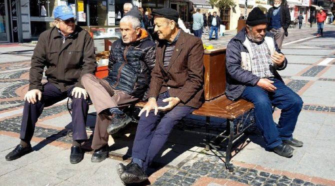Yaşlıların yüzde 20'si yoksul, çoğu kayıt dışı çalışıyor