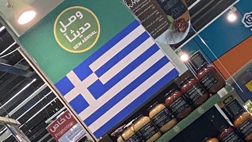 Türk ürünlerinin yerine Yunan bayrağı asıyorlar