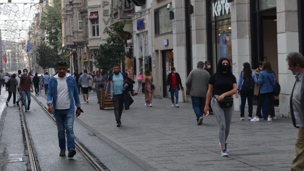 İstiklal Caddesi ve Taksim Meydanı'nda corona virüsü unutuldu