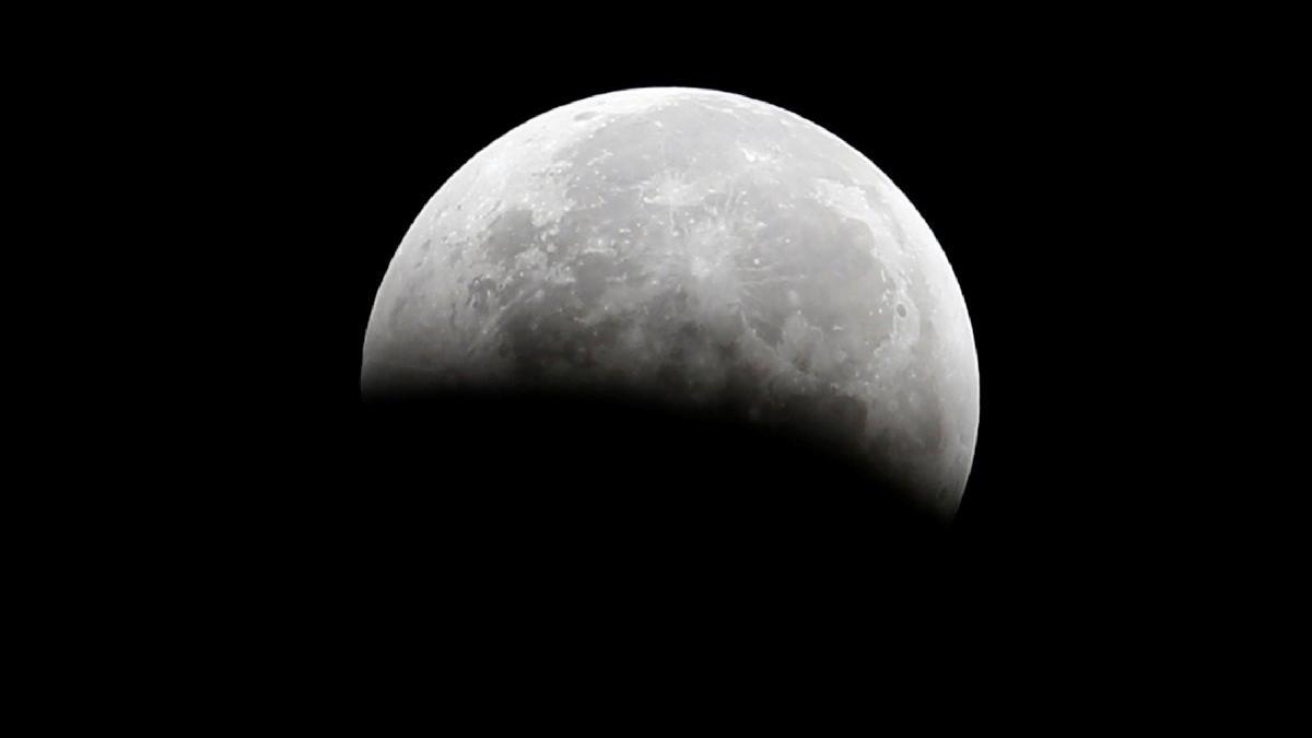 Ay yüzeyinde su bulundu: 'İlk kez bunun benzeri tek bulgu yapıldı'