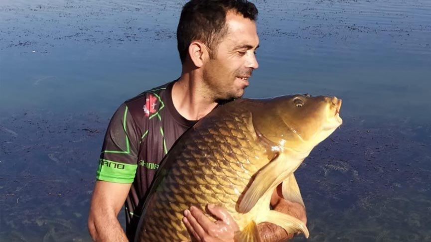 27 kiloluk sazanı fotoğraf çektirip göle geri bıraktı