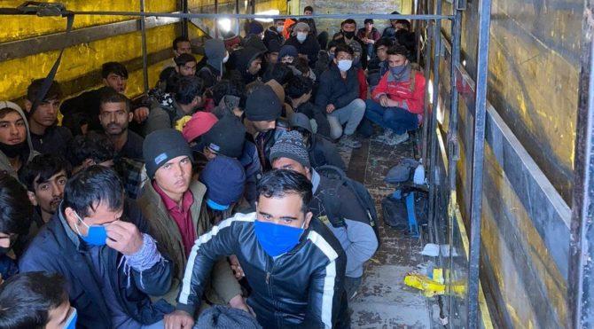 Van'da TIR'ın dorsesinde 210 kaçak göçmen yakalandı