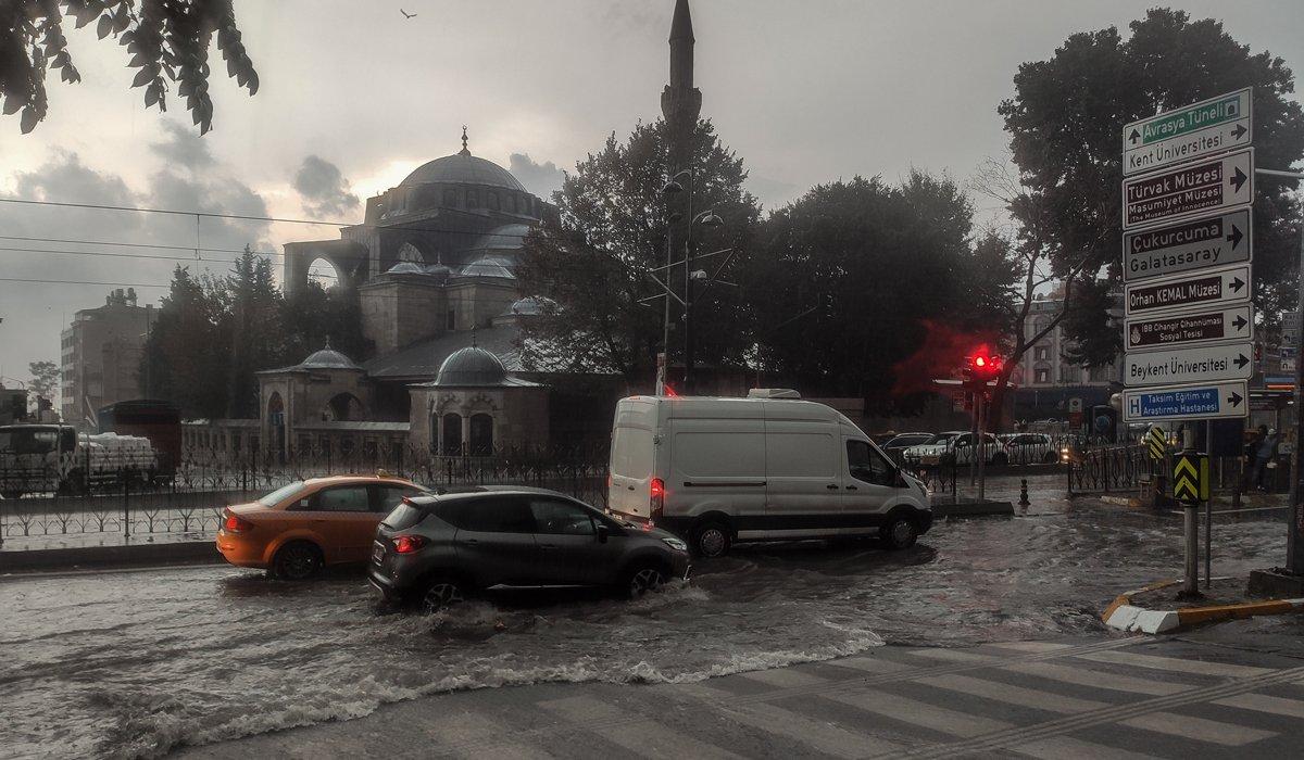 Meteoroloji uyarmıştı, İstanbul'da sağanak etkili oldu