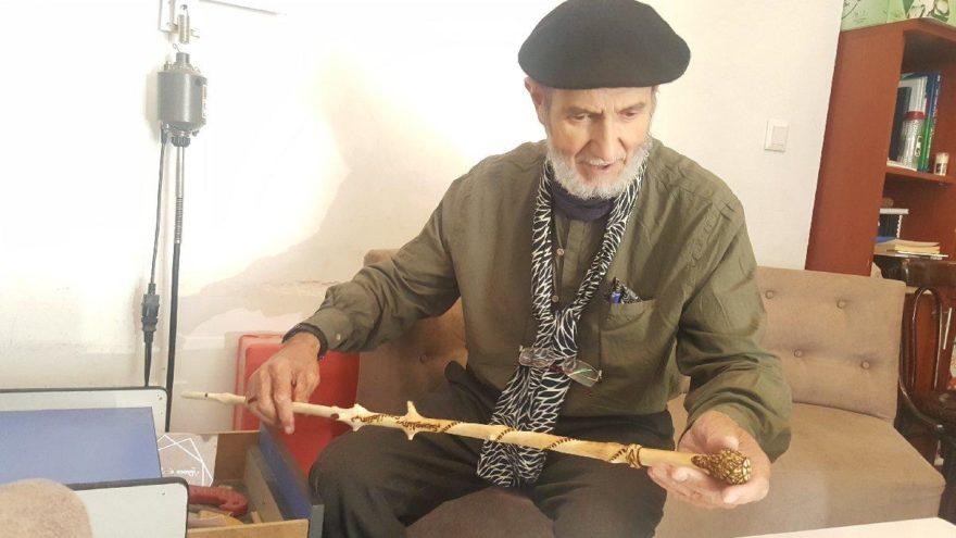 77 yaşındaki muhtar ihtiyaç sahipleri için baston yapıyor