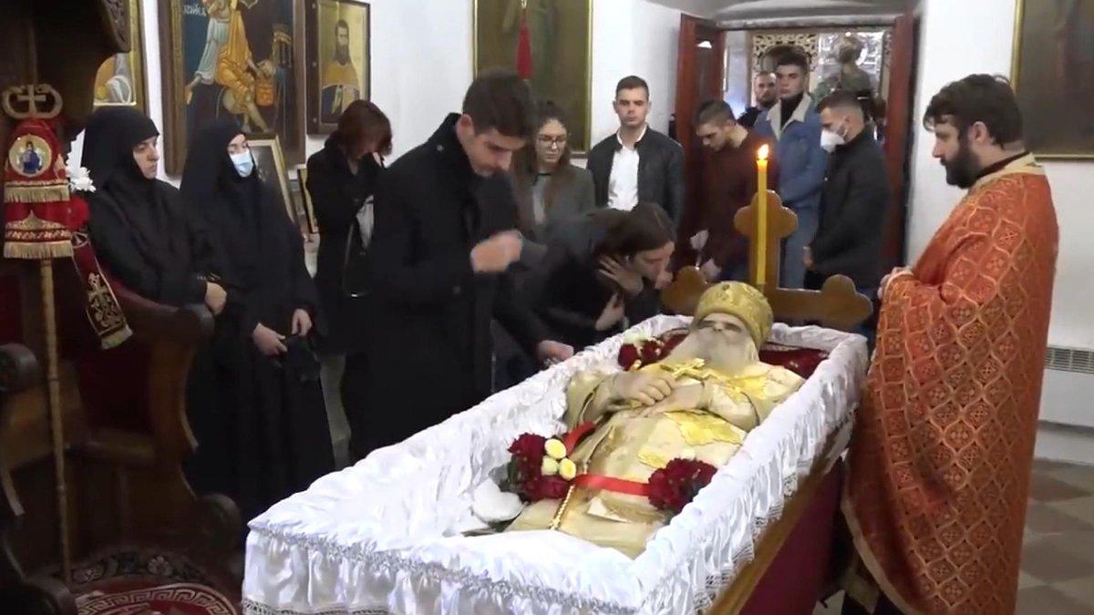 Karadağ'da coronadan ölen başpiskoposu öperek uğurladılar