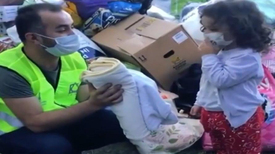 Dört yaşındaki çocuk depremzedelere battaniyesini bağışladı