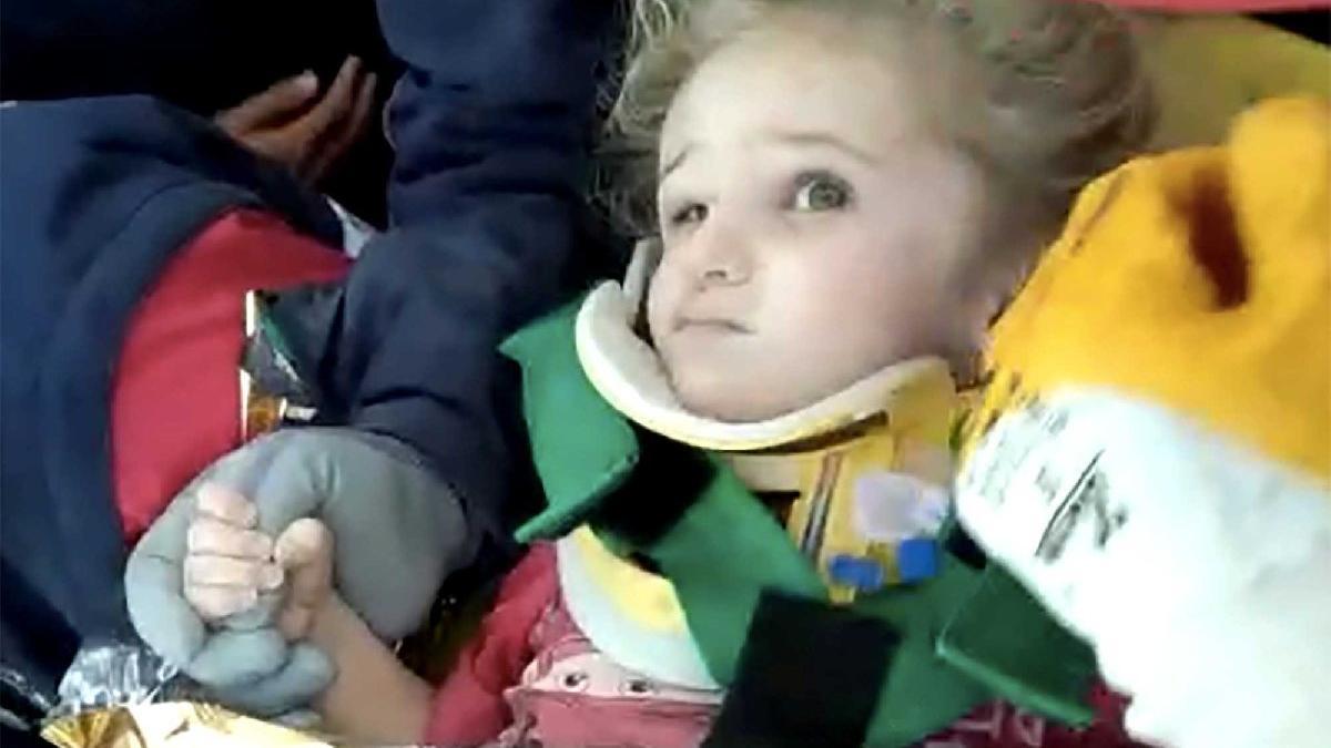 Üç yaşındaki Elif'i 65 saat sonra enkazdan sağ çıkaran itfaiyeci o anları gözyaşları içinde anlattı