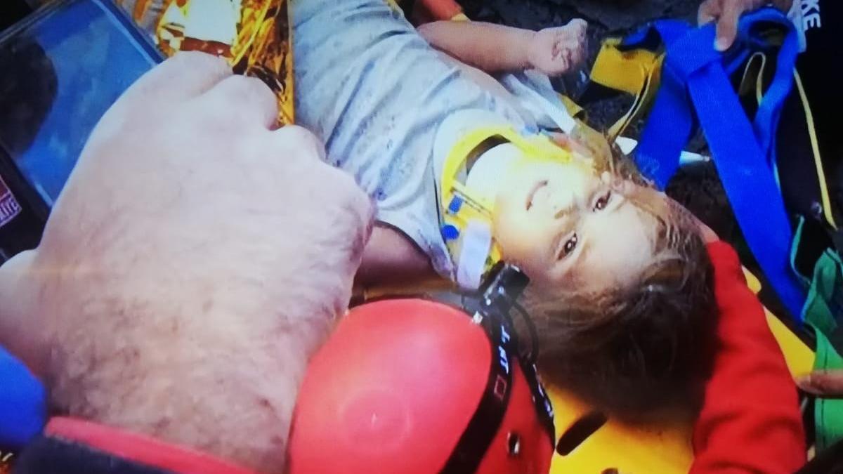 Rıza Bey Apartmanı'nda mucize! Üç yaşındaki Ayda 91 saat sonra canlı çıkarıldı