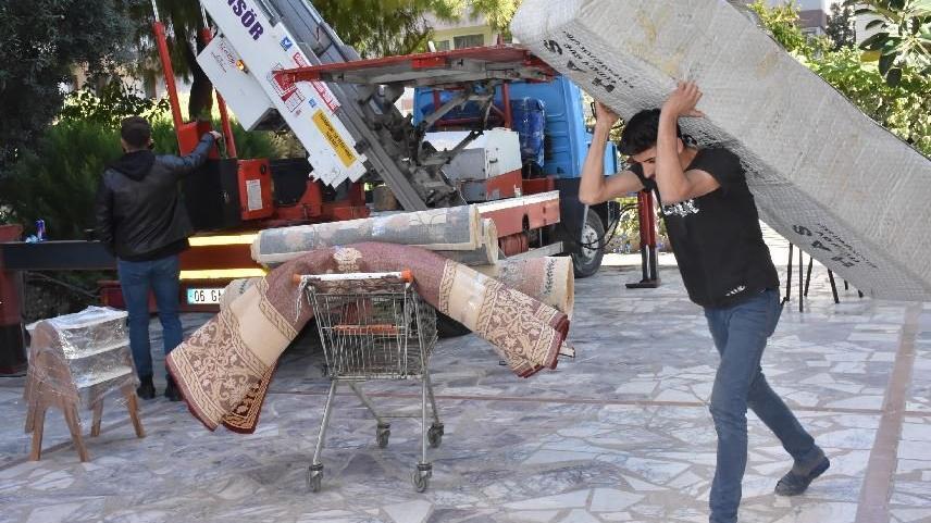 Evleri zarar gören depremzedeler taşınıyor
