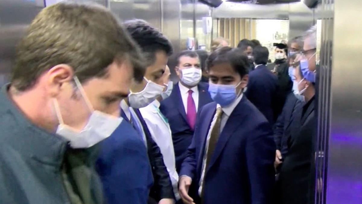 Bakan Koca sosyal mesafeyi unuttu, 9 kişiyle asansöre bindi