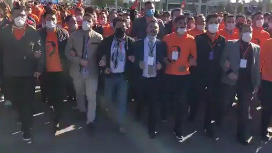 AKP'li gençler coronaya aldırmadı, kol kola yürüdü