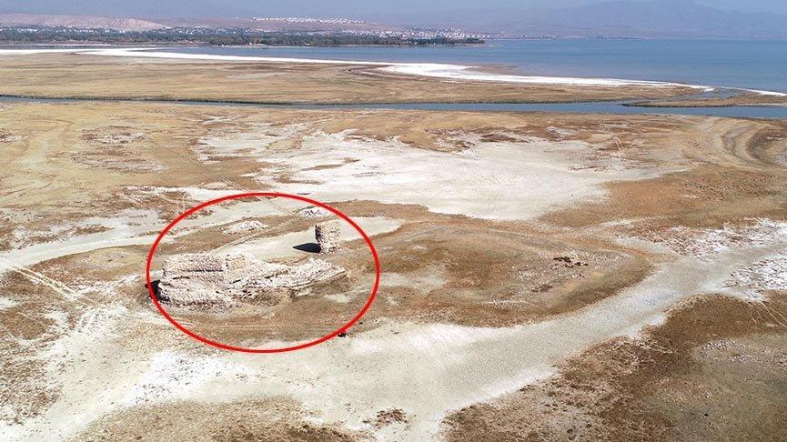 Van Gölü'nde sular çekildi, tarihi kale ortaya çıktı