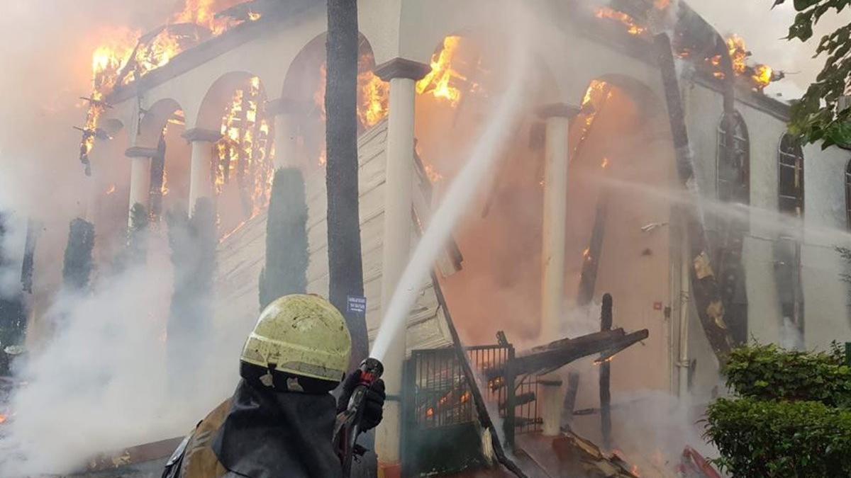 İstanbul İtfaiyesi'nin objektifinden Tarihi Vaniköy Cami yangını