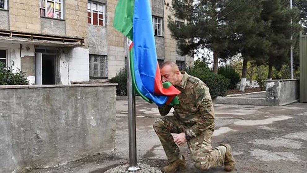 Aliyev'den zafer turu... Bayrağı göndere çekti