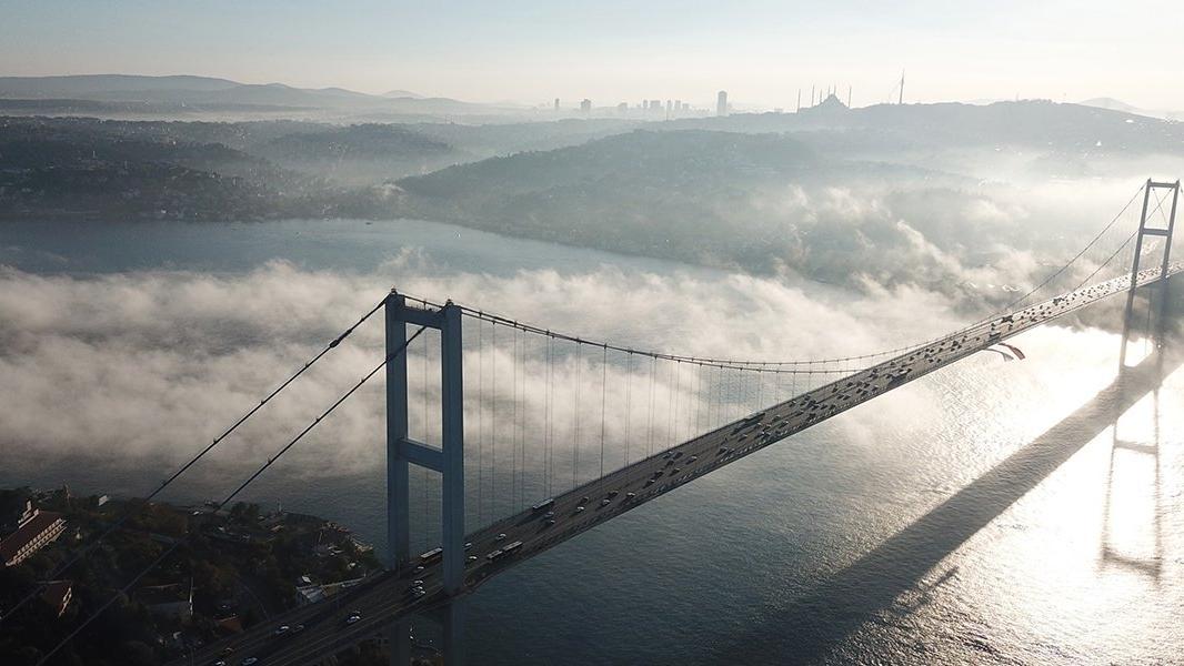İstanbul Boğazı'na çöken sis havadan görüntülendi