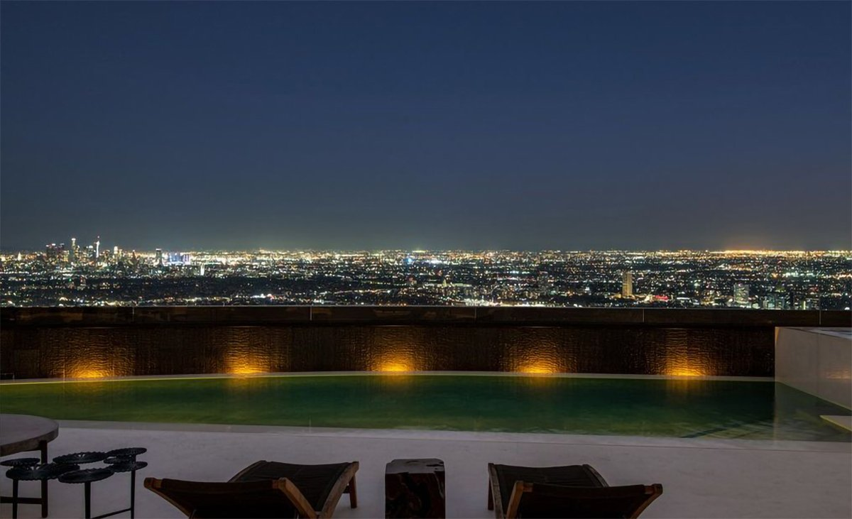 Evin, Los Angeles'ın sırtlarında yer aldığı ve en büyük özelliğinin manzarası olduğu kaydediliyor.