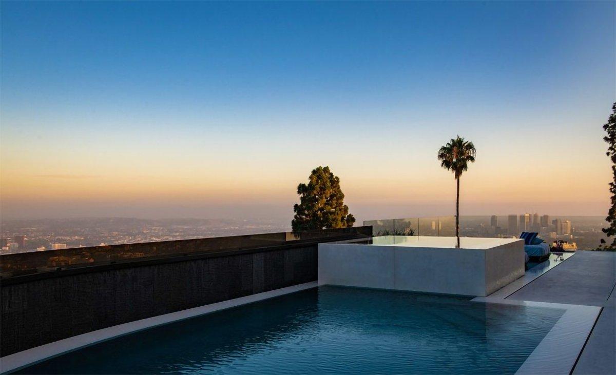 Ali Koç'un Los Angeles'ta satın aldığı evin bir yüzme havuzu bulunuyor. Buradan Los Angeles şehir manzarası görülebiliyor.