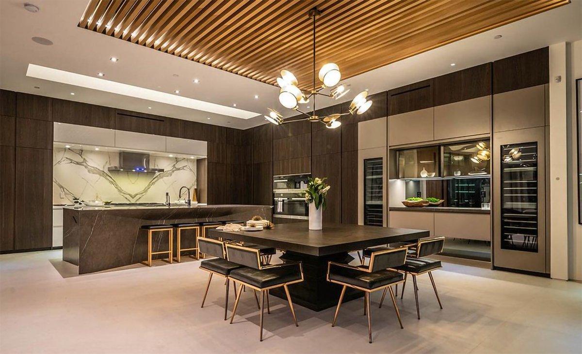 Açık mutfak olarak tasarlanan evde özel tasarım ürünler kullanıldı.