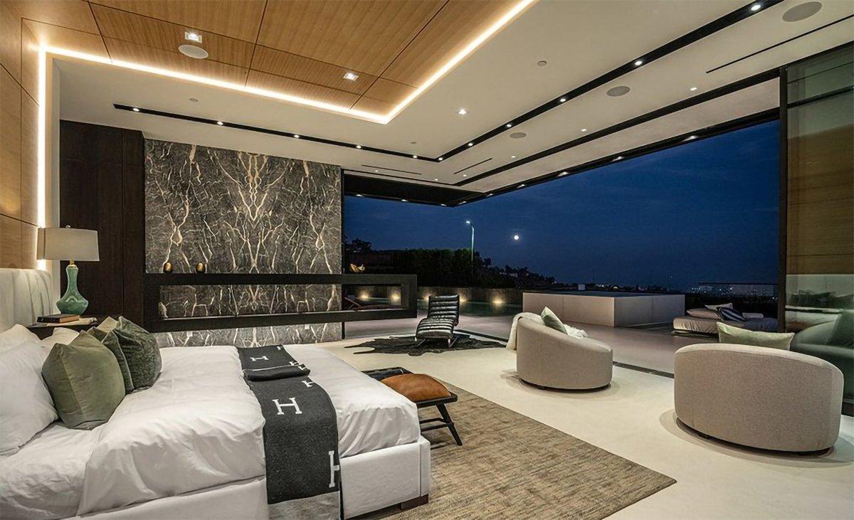 Yatak odası, dev bir balkona bağlanıyor.