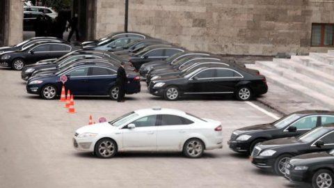 Meclis'te araba yıkayan özel araçla evine gidiyor