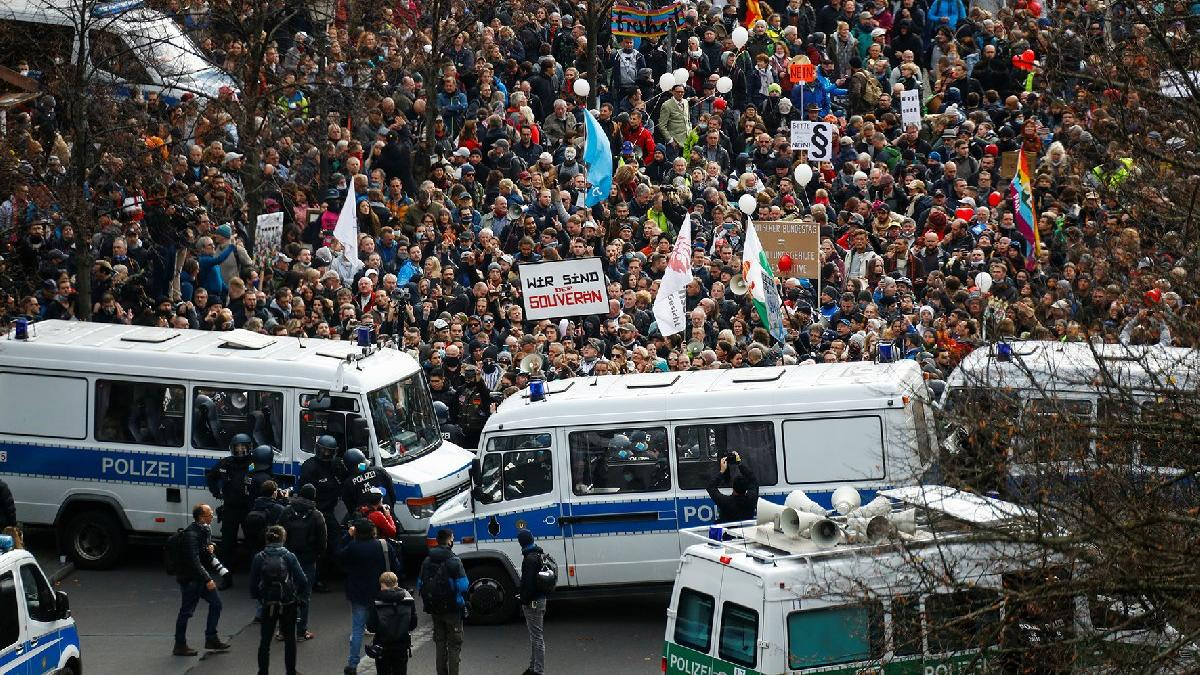 Corona kısıtlamaları Almanya'yı karıştırdı: Binlerce kişi başkentte sokaklara döküldü