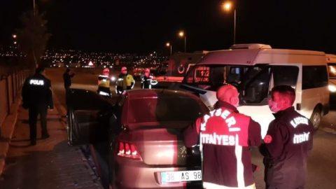 Askeri personel taşıyan minibüs ile otomobil çarpıştı