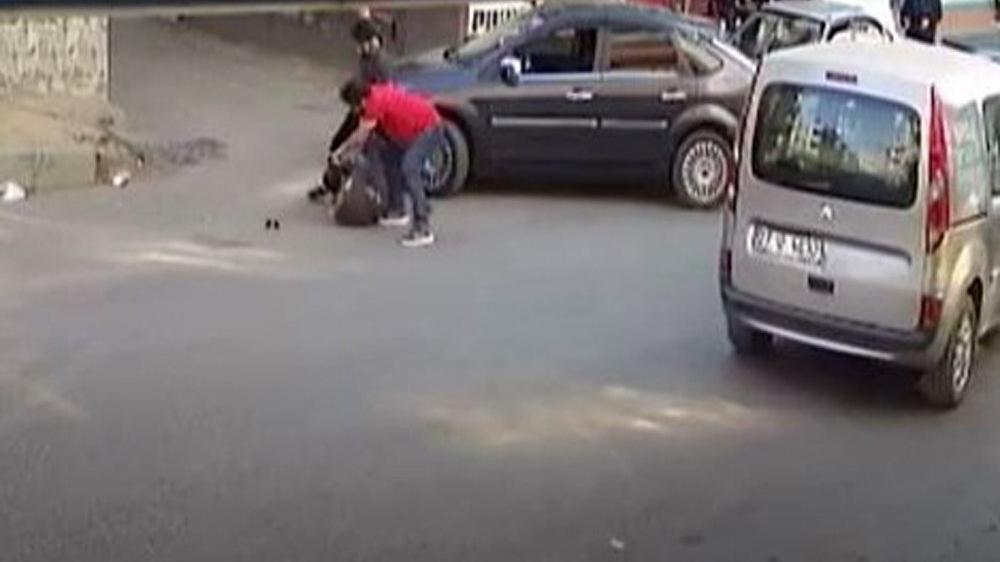 Telefonla konuşan motosikletliyi uyardı, yolun ortasında dayak yedi