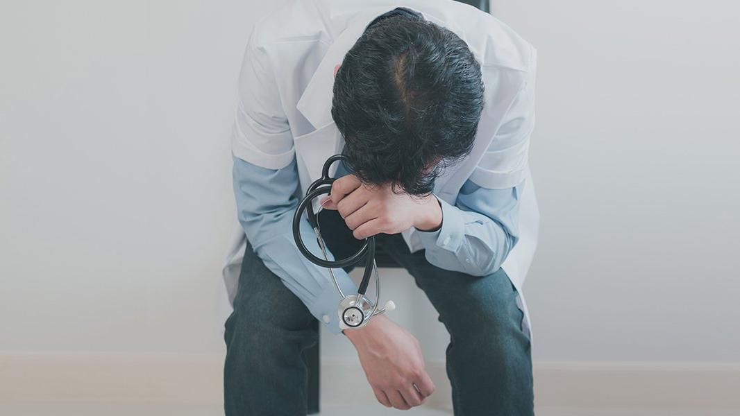 Bir sağlık çalışanı daha corona virüsü nedeniyle yaşamını yitirdi