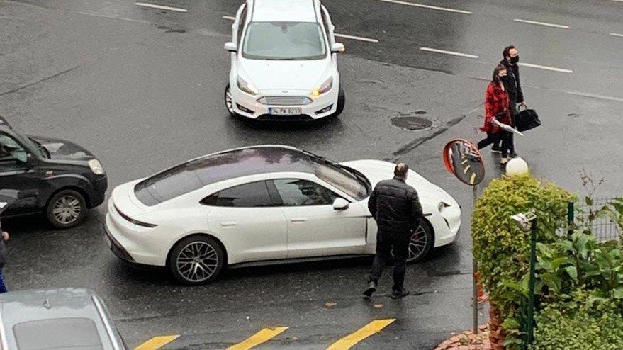 Lüks otomobilinin şarjı biten Berkay yolda kaldı